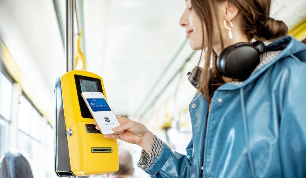 El billete sencillo del autobús en Madrid ya se puede pagar con el móvil