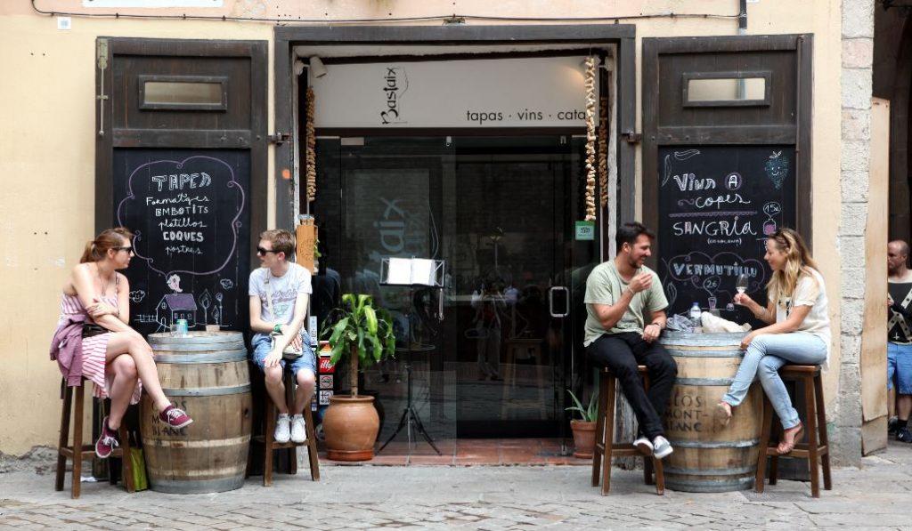 Los bares sin terraza de Madrid pueden sacar sus mesas a la calle desde hoy