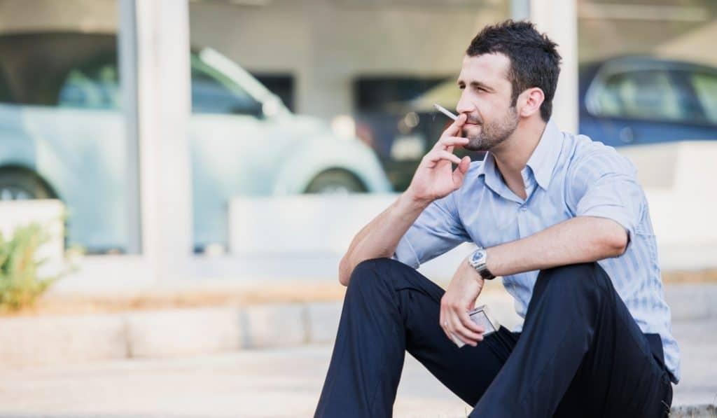 Fumar en Madrid sin distancia de seguridad sigue estando prohibido