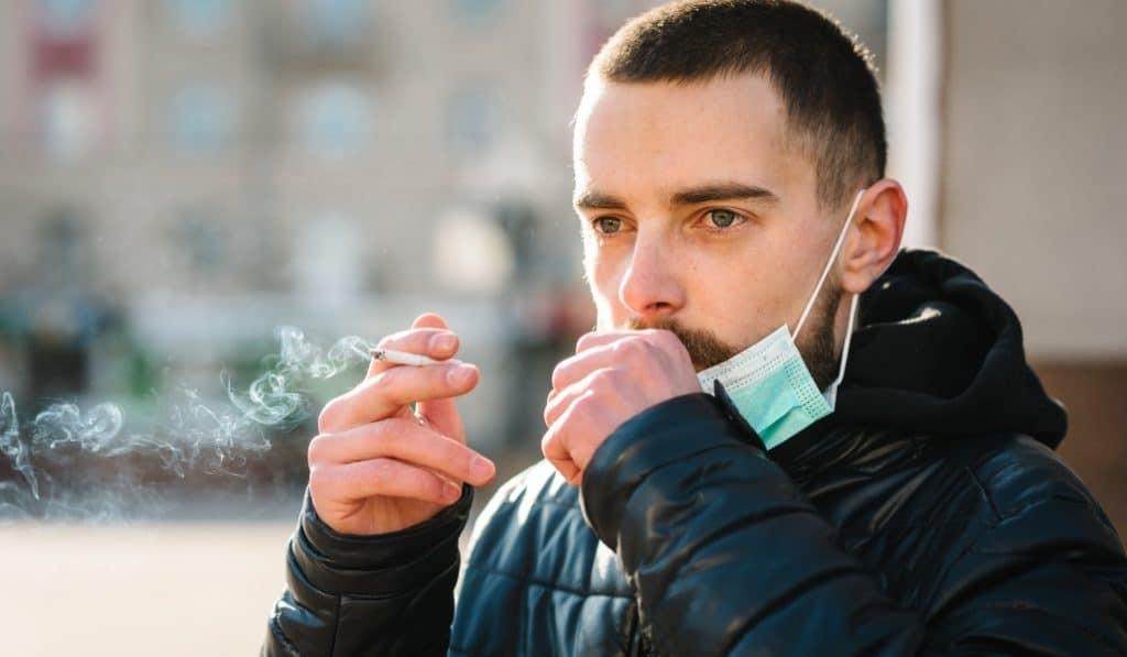 Madrid estudia prohibir fumar en la calle