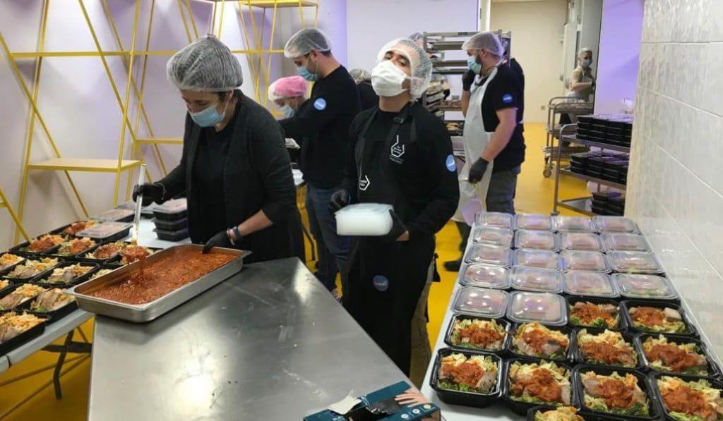 Villaverde ha repartido más de cien mil menús solidarios desde que empezó la pandemia