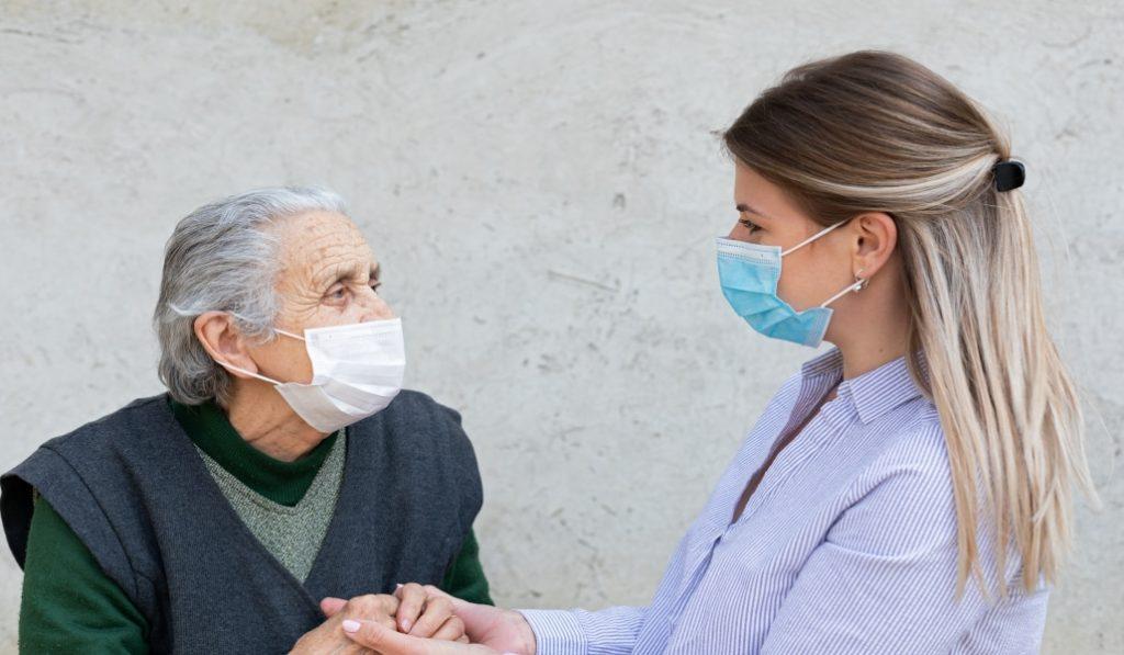 Carta abierta de los abuelos a los nietos: «Cumplid las normas, por cariño a vuestra abuela y a vuestro abuelo»