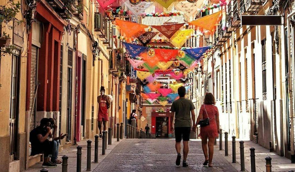Lavapiés decora las calles para sus fiestas a pesar de que no se celebrarán