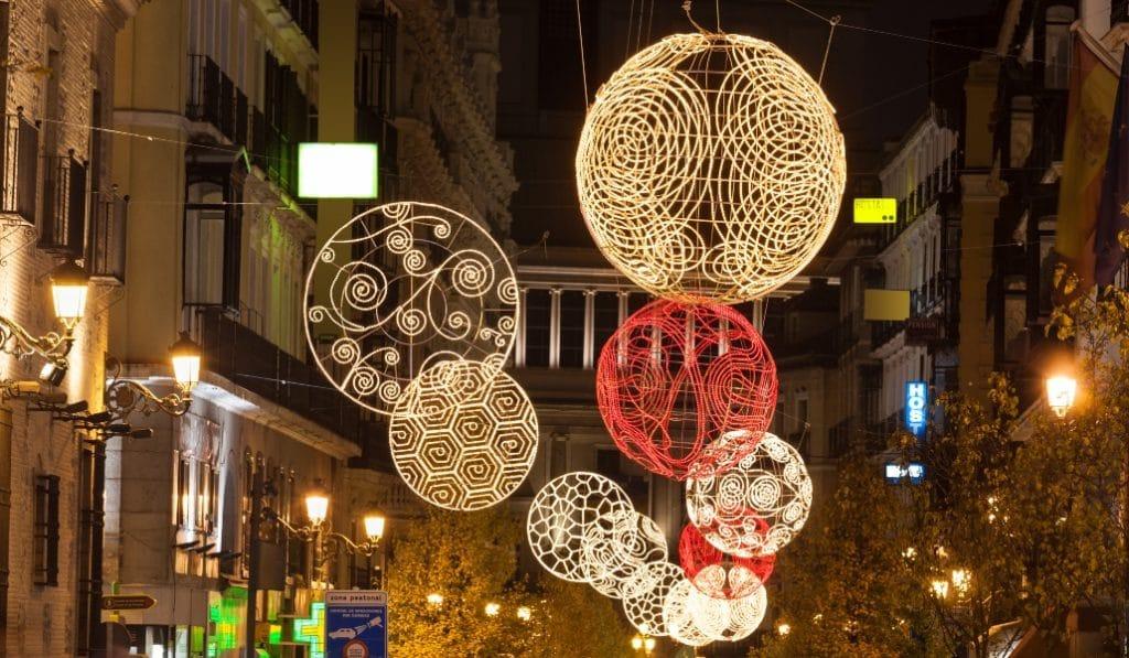 Madrid empieza a instalar las luces de Navidad