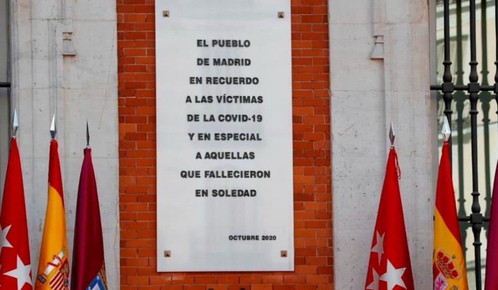 Madrid homenajea a las víctimas de la Covid-19 con una placa en la Puerta del Sol