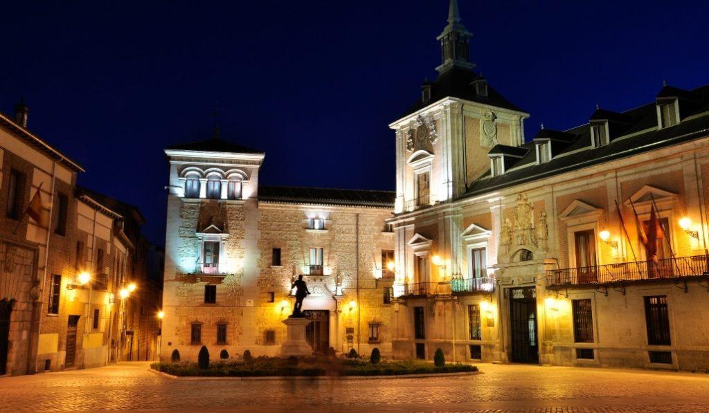 Madrid prohíbe las reuniones nocturnas y limita la movilidad en 32 zonas