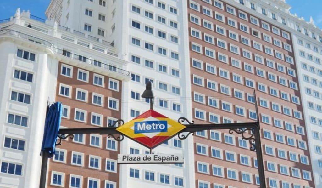 El logo de Metro de Plaza España se cambia por la bandera de España (y lo mejor son los memes)