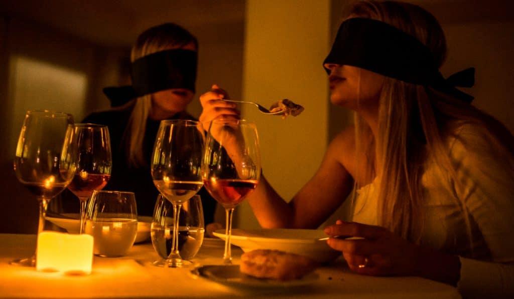 Dining in the Dark: el mejor vino se saborea a oscuras