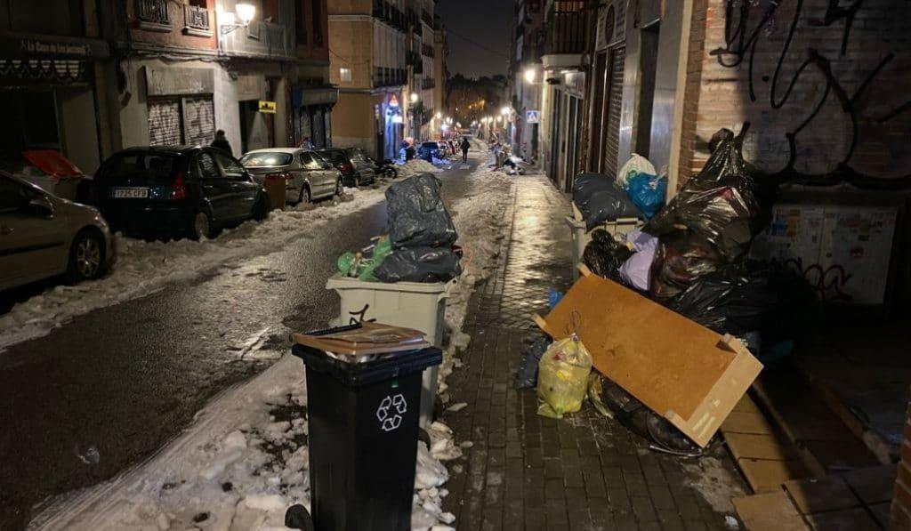 Miles de toneladas de basura se acumulan en las calles de Madrid