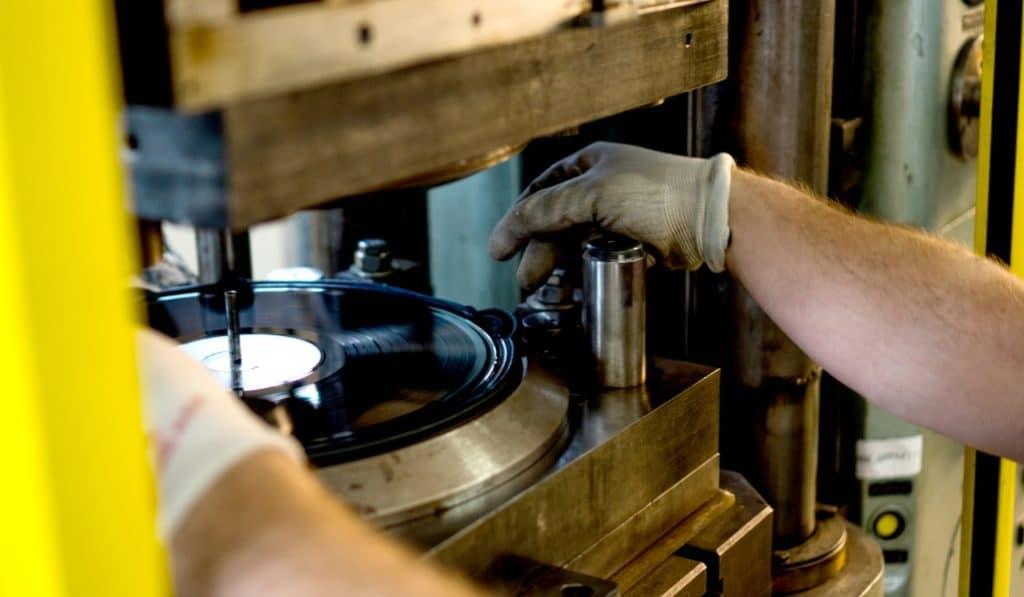 Acaba de abrir en Madrid la única fábrica de vinilos de la región