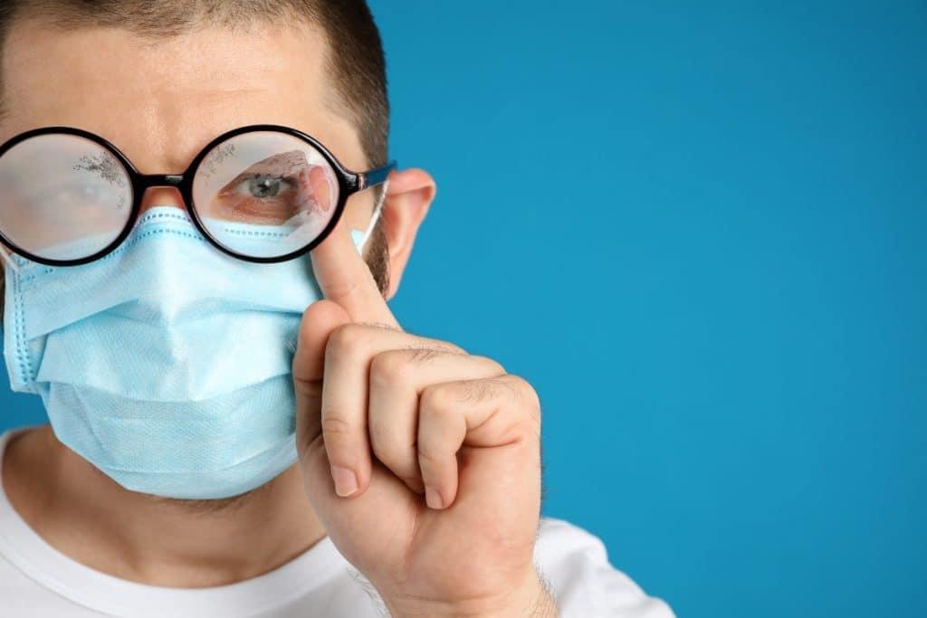 Una joven de 19 años inventa una mascarilla que evita que se empañen las gafas