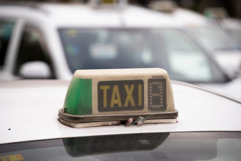 Taxistas trasladan de forma gratuita a mayores para ser vacunados