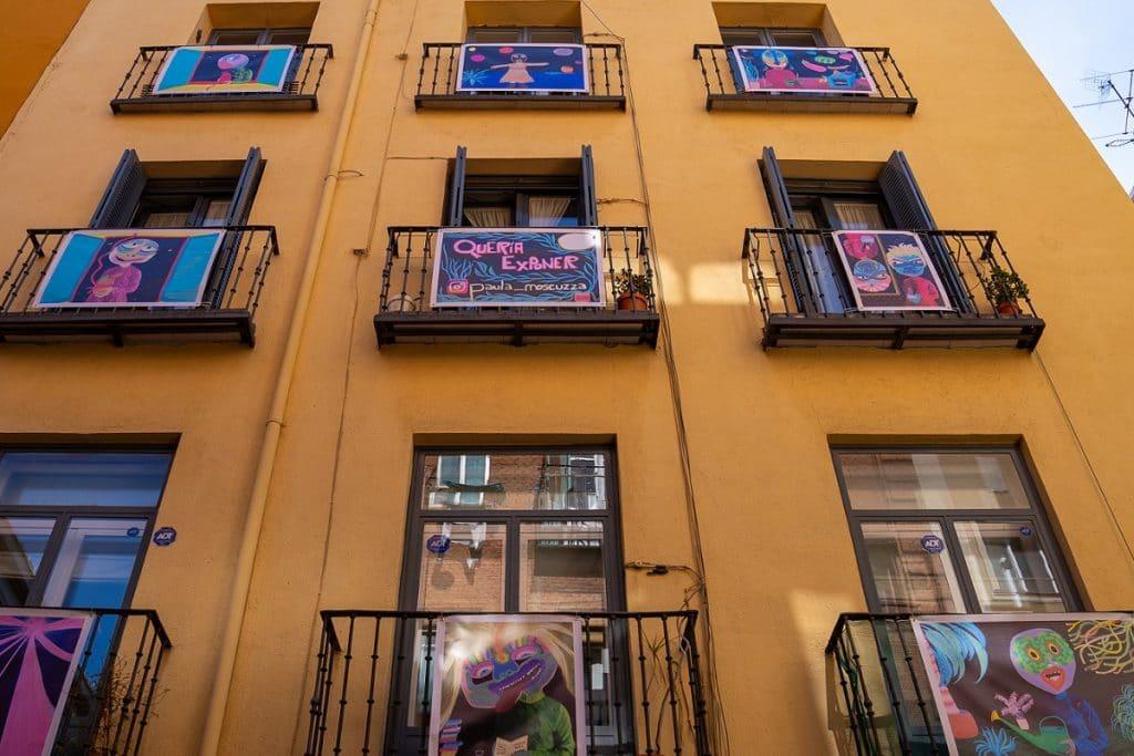 La galería Esgrima-Espada de Lavapiés llena de arte los balcones