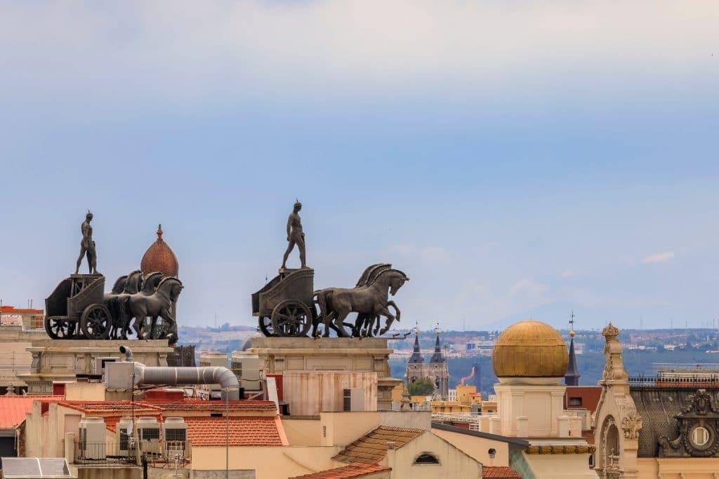 Las azoteas de Madrid están habitadas por esculturas