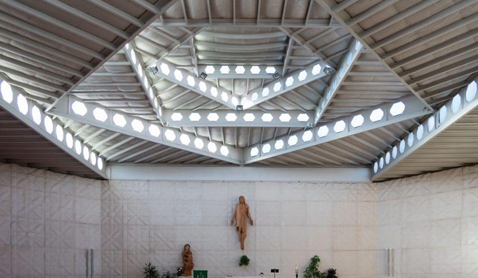 La moderna y sorprendente parroquia de los muros 'acolchados'