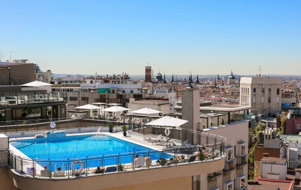 Ya puedes teletrabajar en una piscina con vistas de Gran Vía