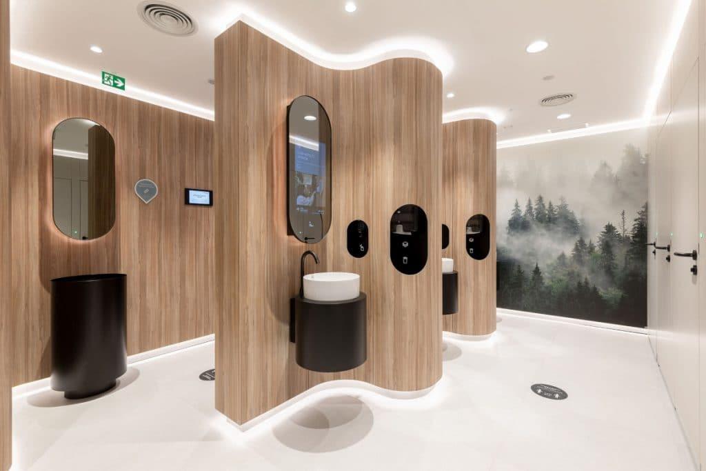 Los nuevos aseos de Atocha tienen ducha, vapor y espejos inteligentes
