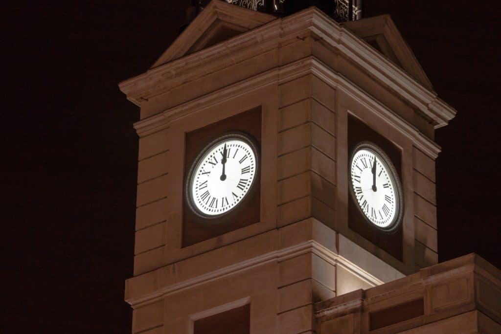 El reloj del Ayuntamiento de Sevilla y el de la Puerta del Sol, unidos por una curiosa razón