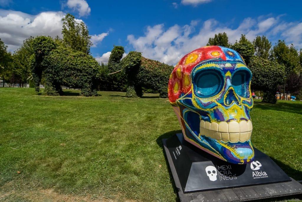 17 cráneos gigantes se instalan en Parque Europa para celebrar el Día de Muertos