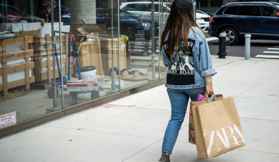 Las tiendas del grupo Inditex empiezan a cobrar por sus bolsas y sobres