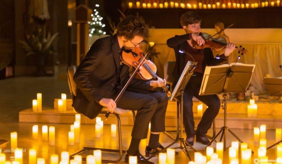 Música clásica rodeada de velas para unas Navidades mágicas