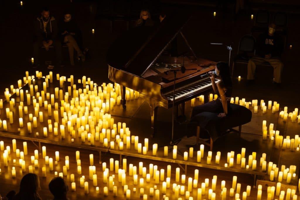 Lo mejor de Ludovico Einaudi suena bajo las velas en esta increíble sala de conciertos