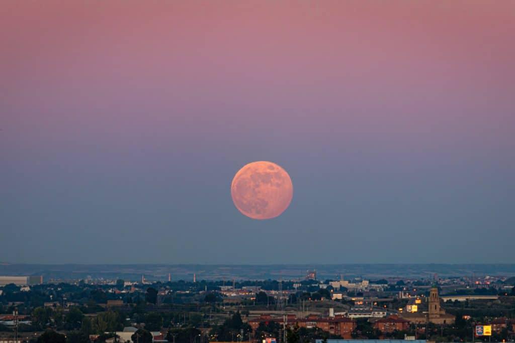 Este jueves se podrá ver en Málaga la última superluna del año, la «de fresa»