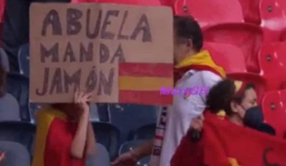 «Abuela manda jamón», el mensaje viral de dos jóvenes malagueños desde Wembley