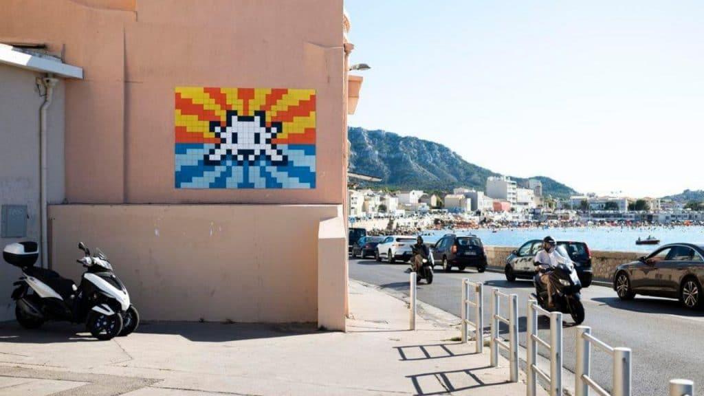 Street art : Invader s'installe avec ses œuvres à Marseille !
