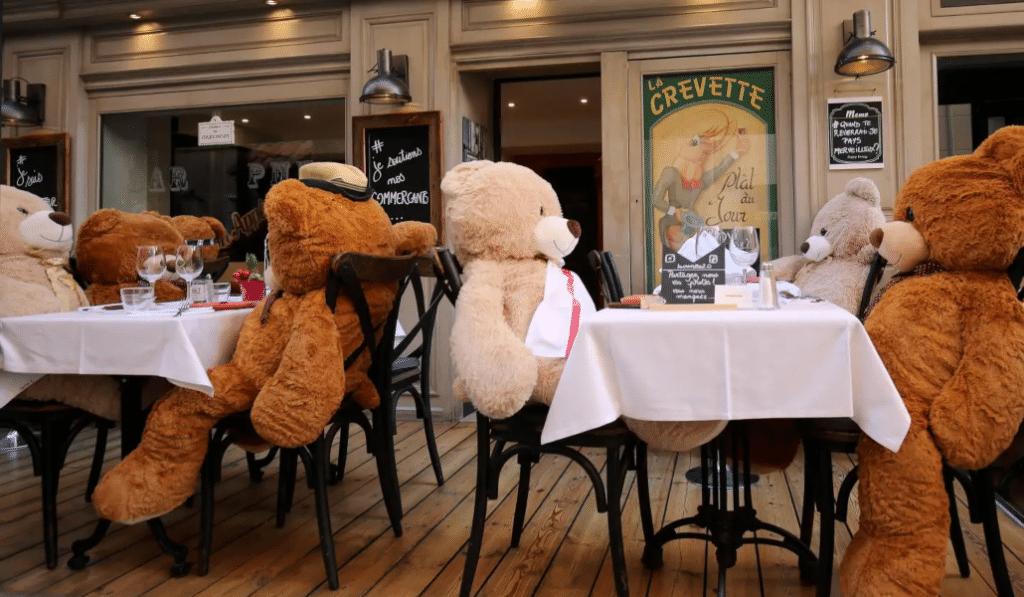 Ce restaurant de Sainte-Maxime accueille des ours en peluche à table !