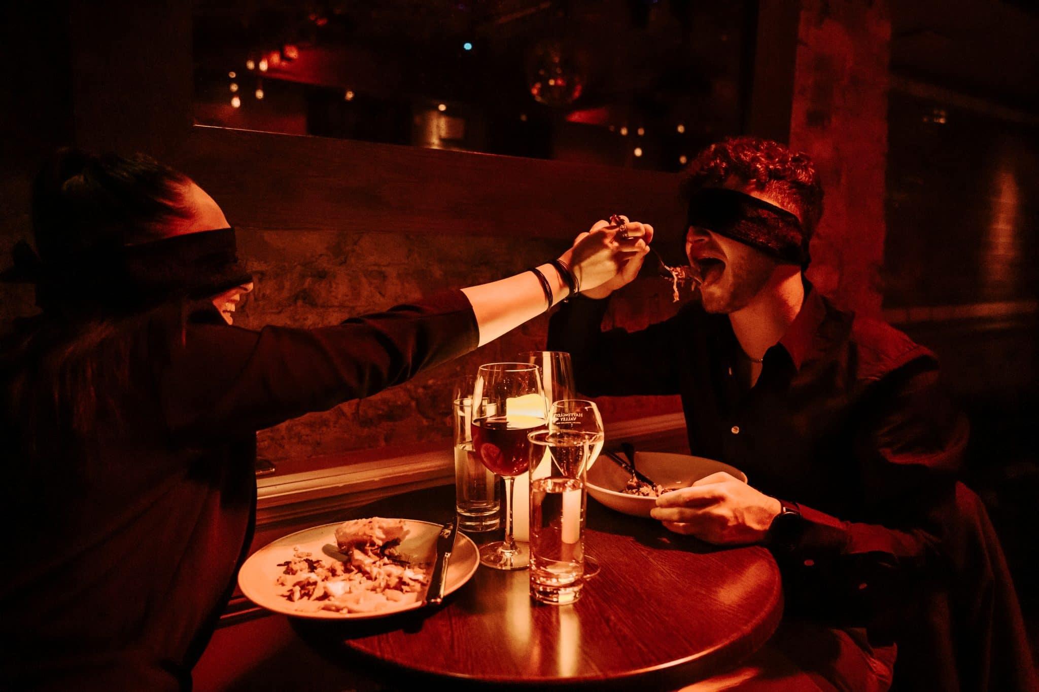 dining in the dark marseille diner à l'aveugle les yeux bandés restaurant insolite dans le noir