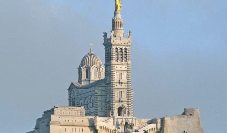 Notre-Dame de La Garde habillée de lumière par le street-artiste marseillais Philippe Echaroux