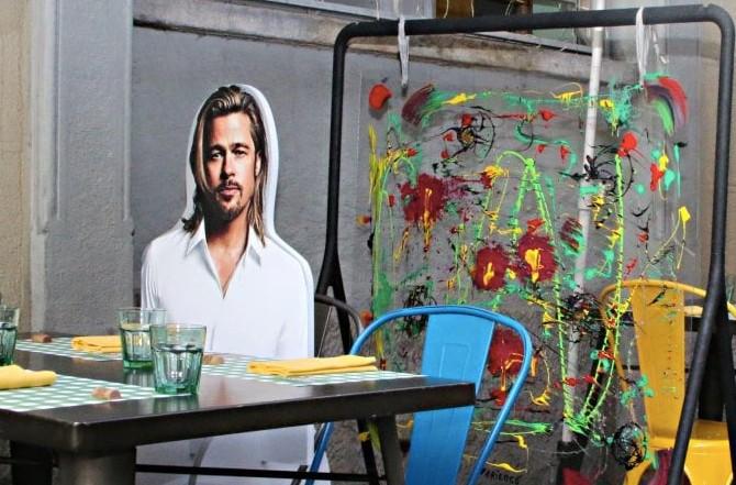 A Milano si cena con Brad Pitt: le sagome per mantenere le distanze a tavola