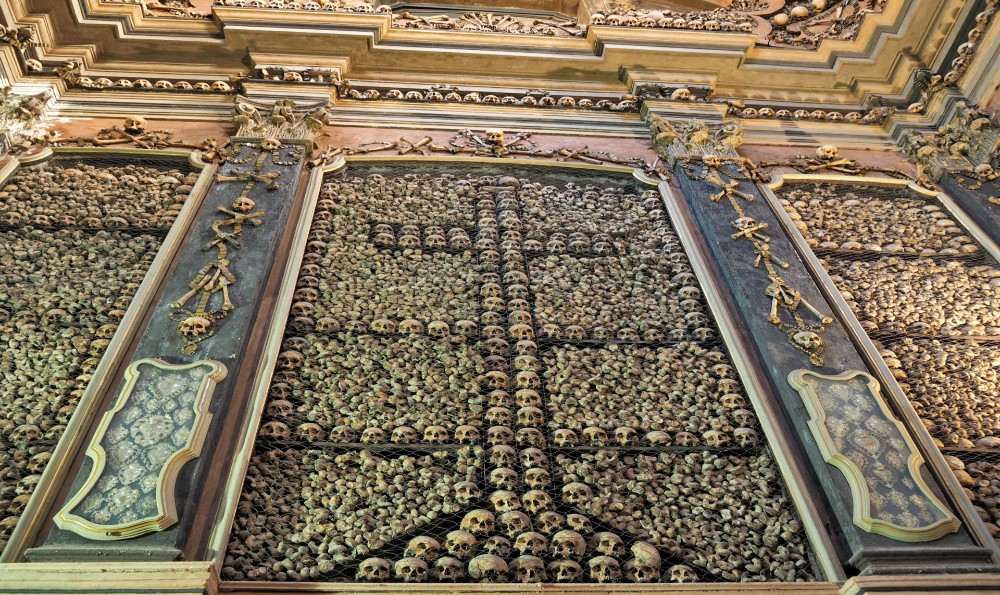 ☠️ San Bernardino alle Ossa, la chiesa decorata con ossa umane e teschi