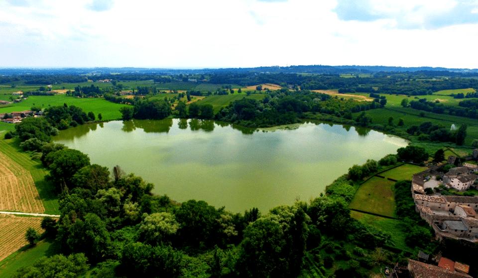 A meno di due ore da Milano c'è un particolare lago a forma di cuore