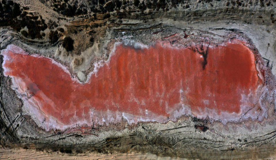 La natura stupisce: il fantastico lago rosa scoperto negli UAE