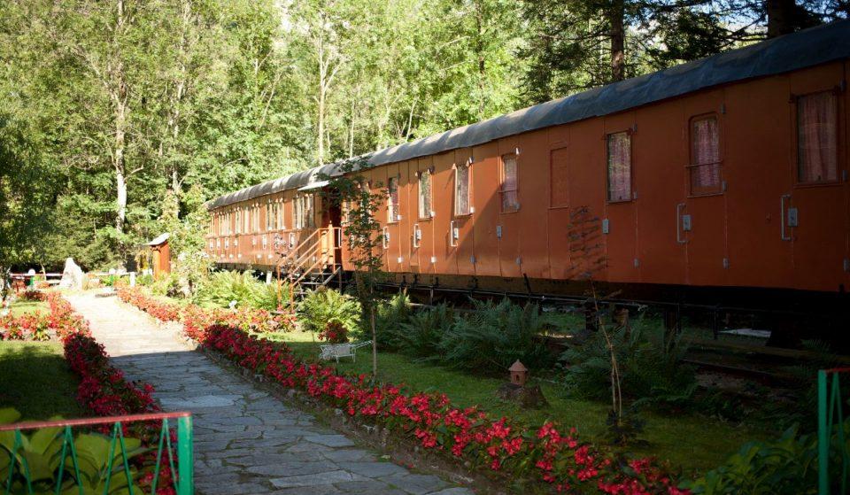 A due ore da Milano si trova il fiabesco villaggio di carrozze ferroviarie