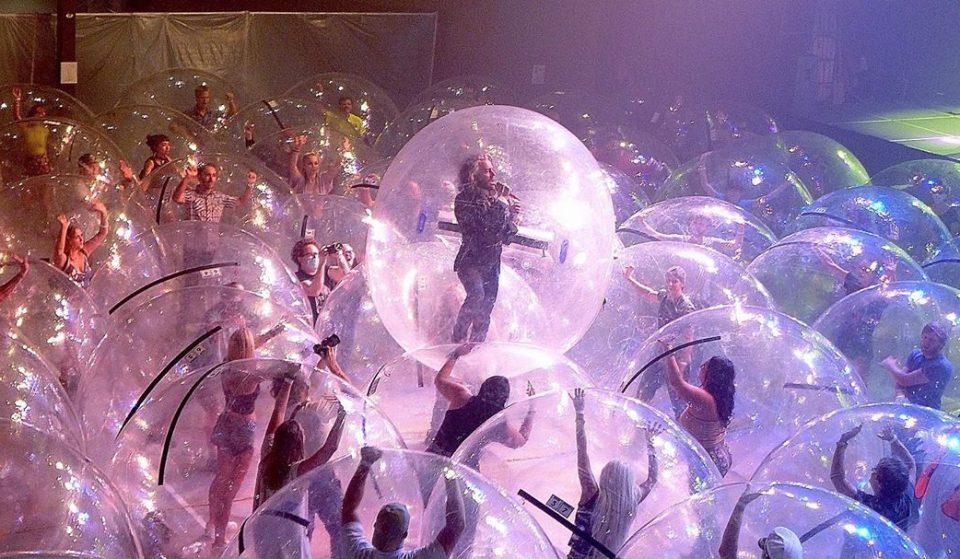 Concert dans une bulle en plastique!