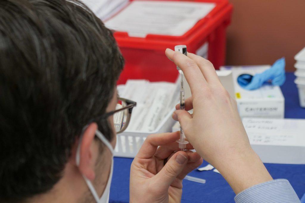COVID-19 : les vaccins seront bientôt disponibles en pharmacie