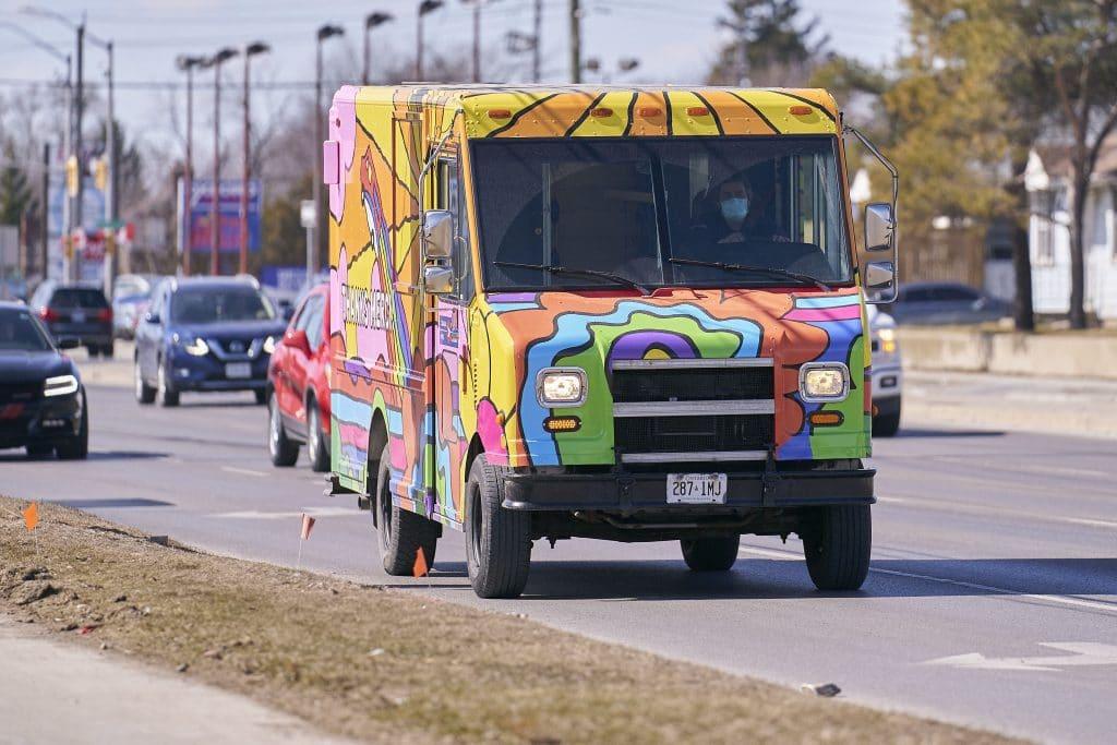Voici les nouveaux camions psychédéliques de Poste Canada