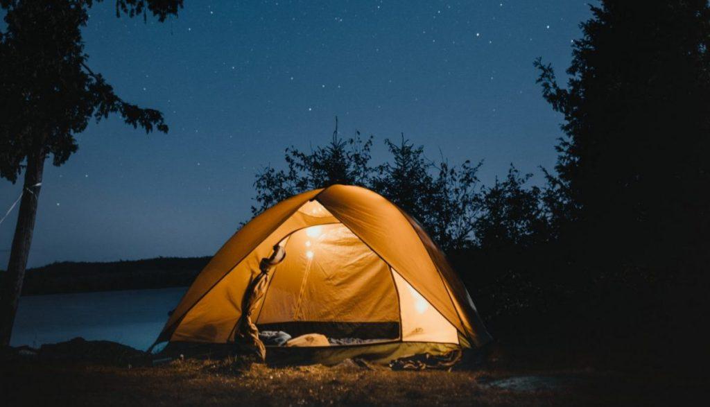 Gaspé interdit le camping sur ses plages et ses lieux publics