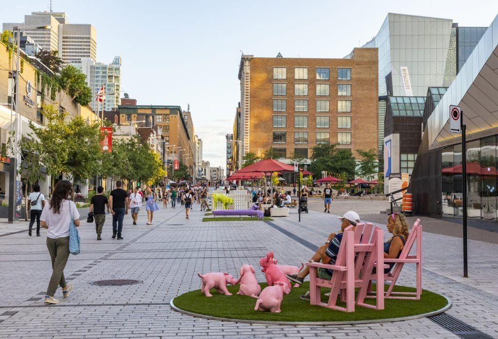 Le kitsch s'invite au centre-ville de Montréal avec Dans ma cour, ç'a du chien !