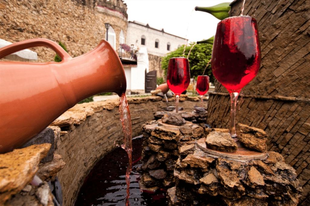 Insolite : une fontaine à vin gratuite et illimitée dans une petite ville d'Italie.