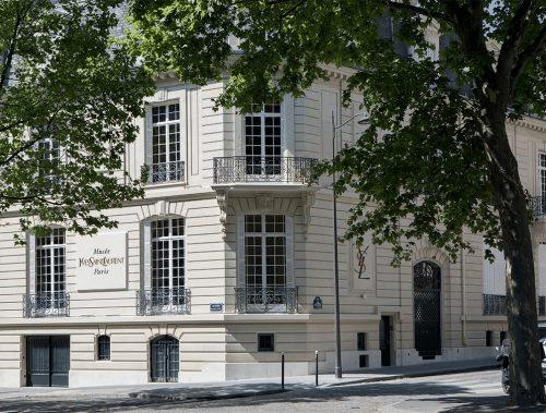 Le Musée Yves Saint Laurent a officiellement rouvert ses portes à Paris et nous en sommes ravis!