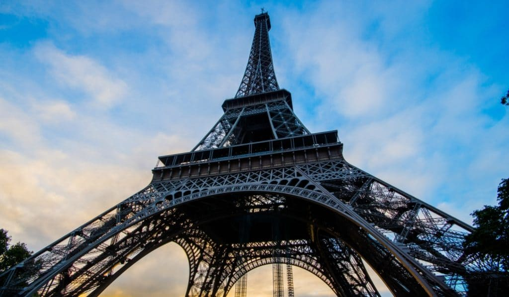 La Tour Eiffel se transforme en set de cinéma avec effets spéciaux !