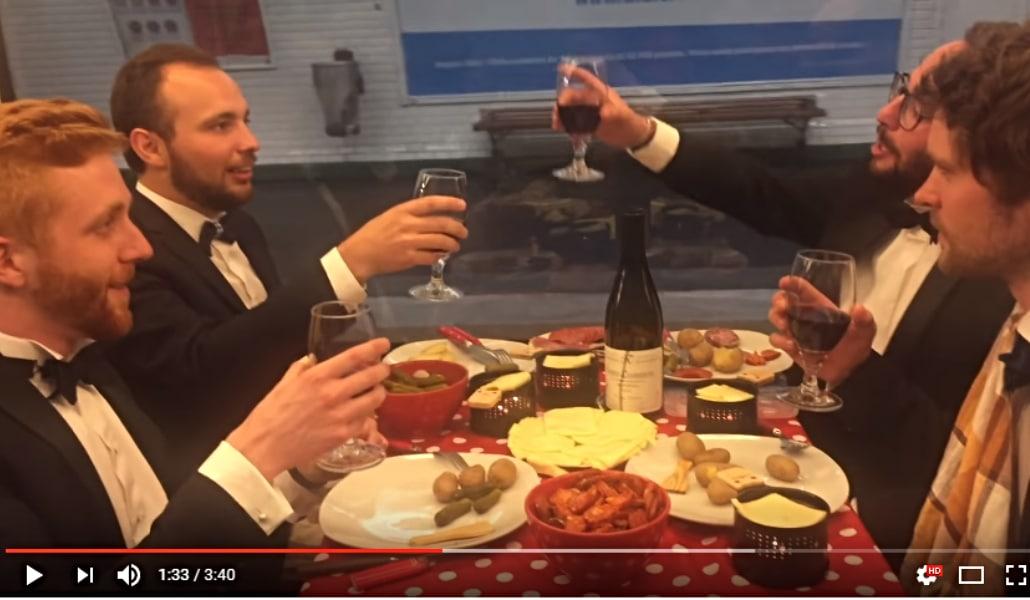 Ils mangent une raclette dans le métro