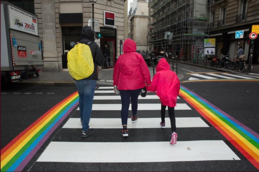 Les passages piétons arc-en-ciel seront permanents à Paris !