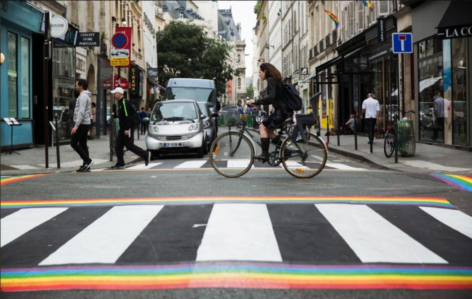Les passages piétons parisiens aux couleurs de l'arc-en-ciel