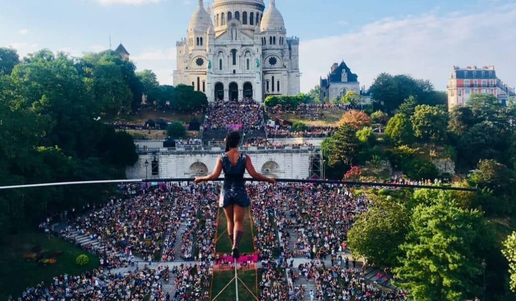 Marcher sur Montmartre : découvrez les images folles de la funambule Tatiana-Mosio Bongonga
