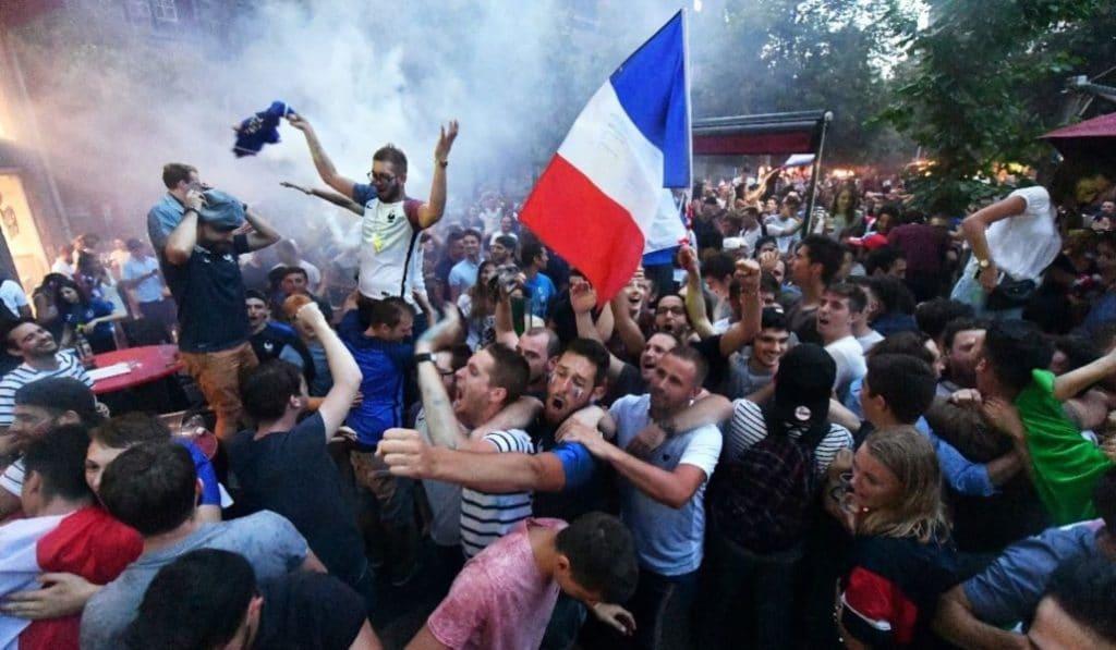 En images : la France se qualifie en finale, Paris devient folle !